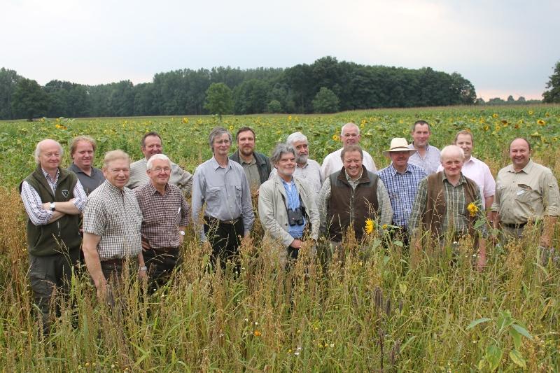 Biotopfonds: Jäger aus Nordrhein-Westfalen besichtigen blühende Feldraine im südlichen Emsland
