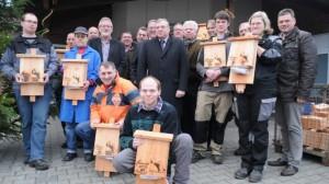 Mit Nistkästen die Artenvielfalt erhalten wollen die Mitarbeiter der Caritas-Werkstatt Börger, die Bingo-Umweltstiftung sowie die Jägerschaften Emsland/Grafschaft Bentheim und ihr Biotop-Fond. Foto: Eva Kleinert