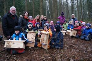 Die Kinder der Kita-Waldgruppen in Papenburg freuten sich über die neuen Nisthilfen.
