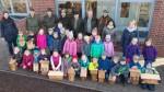 Neue Nistplätze: Jäger und Schüler hängen in Rhede Nistkästen auf