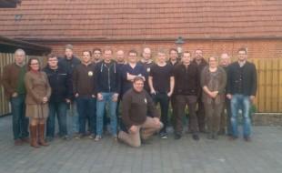 Die erfolgreichen Teilnehmer der Ausbildungsgruppe der Jägerschaft Meppen mit den Ausbildern Heinz Schöttmer (l.), Gerd Eissing, Hajo Drosten und Ulli Potthoff (hintere Reihe v. r.). (Foto: Ausbildungsgruppe)
