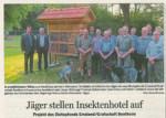 Jäger stellen Insektenhotel auf